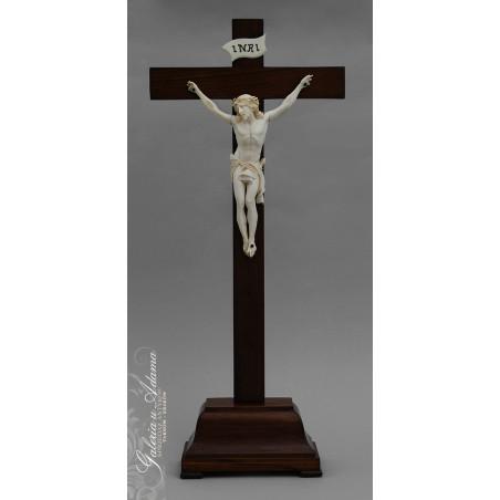 Stojący krzyż z drewna z pasyjką z kości słoniowej na drewnianym cokoliku-Piękna rzeźba !